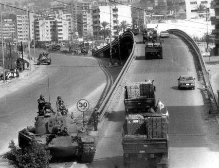 قافلة للقوات اللبنانية المنسحبة من الأشرفية تمر بدبابة للجيش عند جسر أنطلياس 26-11-1990
