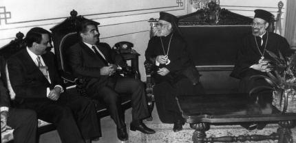 من اليمين المطران ألياس عودة،البطريرك أغناطيوس الرابع هزيم، السيد رفيق الحريري، المهندس الفضل شلق 25-07-1992